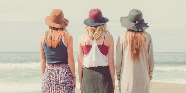 ビーチに佇む三人組の女性