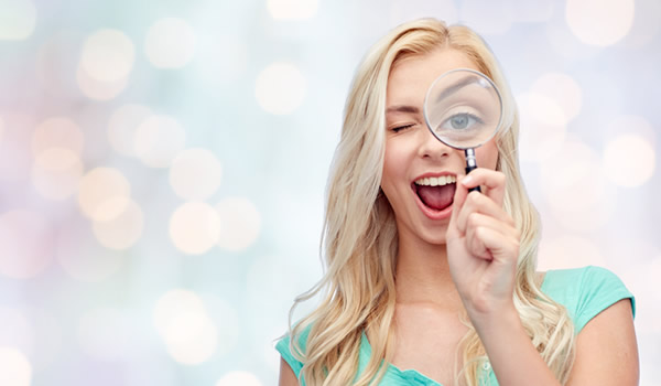 虫眼鏡を持つ女性